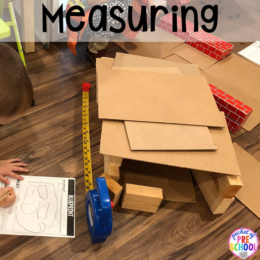 Measuring at a Construction site dramatic play perfect for preschool, pre-k, and kindergarten. #constructiontheme #preschool #prek #dramaticplay