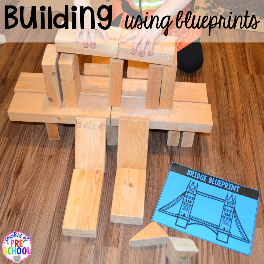 Building with blueprints at a Construction site dramatic play perfect for preschool, pre-k, and kindergarten. #constructiontheme #preschool #prek #dramaticplay
